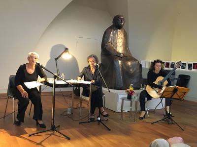 In einer bewegenden und eindringlichen szenischen Lesung lassen die Journalistin Gisela M. Gulu und die Schauspielerin Valeska Hegewald das Denken, Fühlen und Schaffen dieser Frau und Künstlerin hautnah miterleben.
