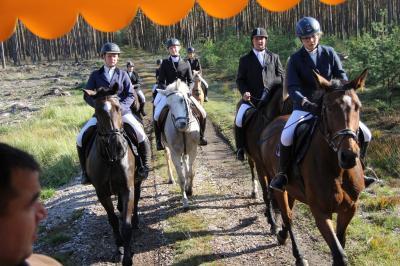 Jagdteilnehmer unterwegs bei sonnigem Herbstwetter. (Foto: A.Krüger)