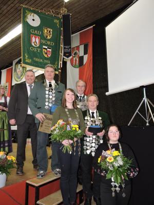 Unser Bild zeigt die Gau-Jungschützenkönige und Gauschützenkönige (von links) Bürgermeister Stefan Busch, Siegfried Böhm, Laura-Michelle Anlauft, Dieter Gelbrich, Manfred Krauß und Antonia Bergmann.