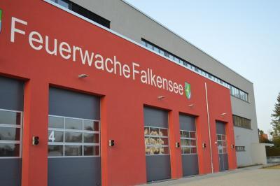 Mit Blaulicht und Signalhorn – die Falkenseer Feuerwehr zieht am 2. März in ihr neues Quartier in der Schönwalder Straße ein.