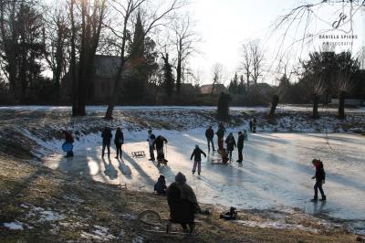 Foto zur Meldung: Eisvergnügen auf dem Sülter Dorfteich