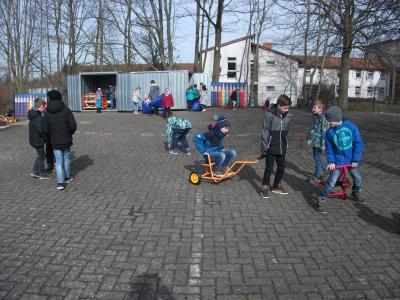 Foto zur Meldung: Neue Spiel- und Fahrgeräte für die Pausenausleihe