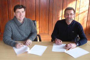 Unterzeichnung Kooperationsvereinbarung Arne Raue (Bürgermeister Stadt Jüterbog) und David Kaluza (Amtsdirektor Amt Dahme/Mark)
