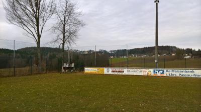Foto zur Meldung: Ein Ballfangnetz wird montiert