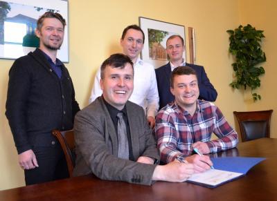 Bürgermeister Alexander Laesicke und WJ-Sprecher Christian Lambeck unterzeichnen die Kooperationsvereinbarung. Mit dabei waren auch die Wirtschaftsjunioren (v.l.) René Tausch, Philipp Gall und Julius Peter.