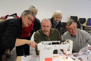 Gemeinschaftsprojekt - Fünft Personen versuchen sich an einer Nähmaschine