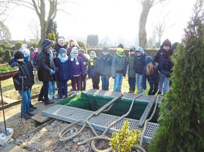 Auch das gehörte zum Workshop der Hospizgruppe: Die Kinder besuchten den Friedhof. Foto: Malteser