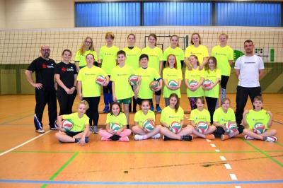 Foto zur Meldung: Laager Volleyball Jugend nun in neuen Shirts am Start