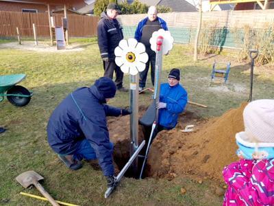 Foto zur Meldung: Danndorfer Ratsmitglieder spenden Lernschaukel für Spielplatz am Kampring