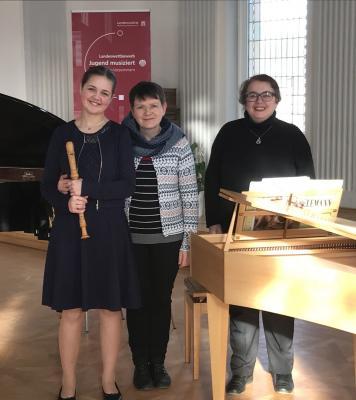 Anne Uphaus mit ihrer Lehrerin Bianka Schubert und Begleiterin Elena Zuchtmann voller Freude über ihr gelungenes Vorspiel. Foto: Anja Uphaus