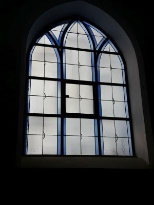 Vorschaubild zur Meldung: Weiteres Buntglasfenster montiert
