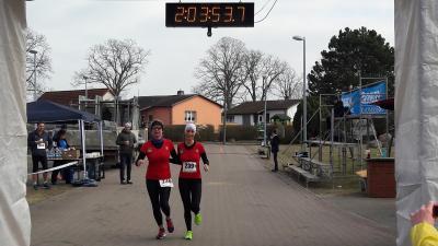Foto zur Meldung: Klaus-Dieter Mauck holt seine Medaille nach 42 Kilometern