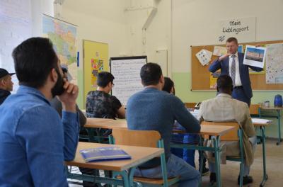 Besuchte einen der Landeskundekurse der WEQUA GmbH in der Gemeinschaftsunterkunft für Asylsuchende in Sedlitz: Landrat Siegurd Heinze. (Foto: Landkreis)