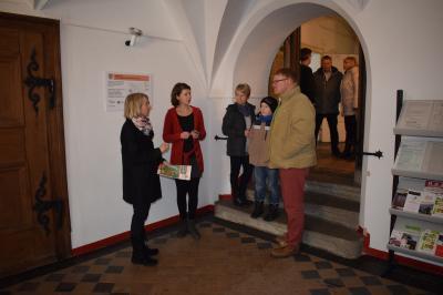 Links im Bild: Frau Rößner im Gespräch mit Angestellten der Stadtverwaltung, Stadträten und der Bürgerschaft
