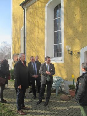 Staatsminister Thomas Schmidt vor der Böhlitzer Kirche