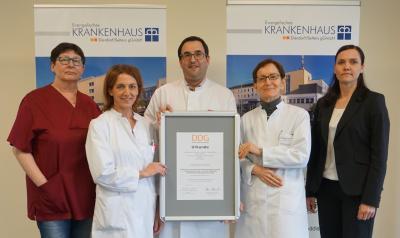 Das Diabetes Team des Evangelischen Krankenhaus Selters freut sich über die Urkunde der Deutschen Diabetes Gesellschaft.