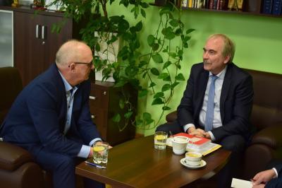 Staatssekretär Martin Gorholt (re) besucht Bürgermeister Dr. Andrzej Kunt (li) in Kostrzyn nad Odrą, Foto: Stadtverwaltung Kostrzyn
