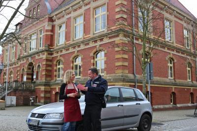 Foto zu Meldung: Politeur verteilt Kalauer statt Knöllchen