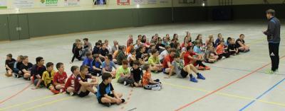 Herr Bachmann begrüßt die Schülerinnen und Schüler vor dem Fußballturnier, das er souverän wie immer leitete.