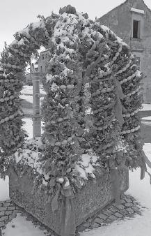 Vorschaubild zur Meldung: Osterbrunnen im Schnee