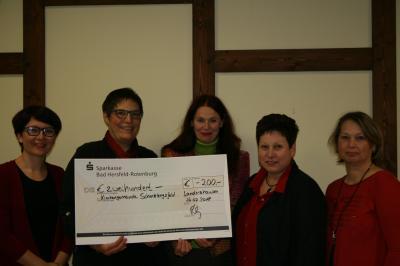 Der Vorstand des Gemischten Chor Landershausen überreicht Pfarrerin Frau Imke Leipold einen Scheck in Höhe von 200 €