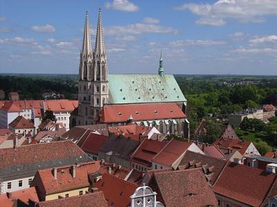 """Blick auf die Pfarrkirche St. Peter und Paul (""""Peterskirche"""") - Von Südstädter - Eigenes Werk, CC BY 3.0, https://commons.wikimedia.org/w/index.php?curid=10558620"""