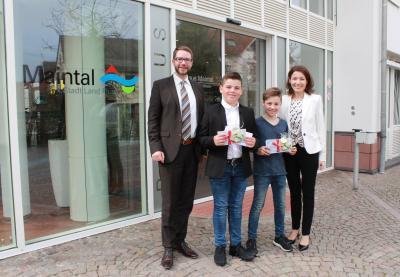 Landrat Thorsten Stolz und Bürgermeister Monika Böttcher bedankten sich bei Luka Antal (Zweiter von links) und Maximilian Errath für ihren Einsatz im vergangenen Herbst. Foto: MKK