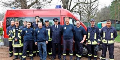 Mitglieder der Feuerwehr vor dem neuen Fahrzeug. Quelle: Uwe Hoffmann