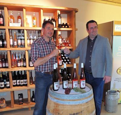 Alexander Müller und Andreas Nette stoßen auf eine gute Zusammenarbeit an.