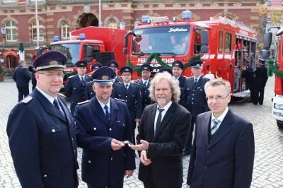Foto zur Meldung: Neue Fahrzeuge an Feuerwehren übergeben