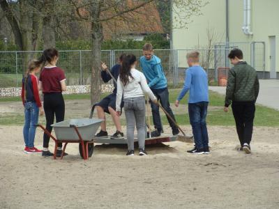 Foto zur Meldung: Frühjahrsputz 2018 - Grundschule Rehfelde