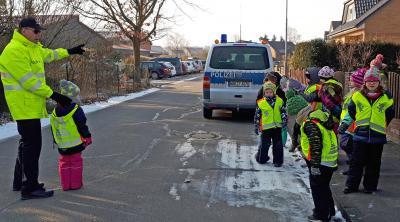 Foto zur Meldung: Fußgängerdiplome der Verkehrswacht in Danndorf ausgestellt