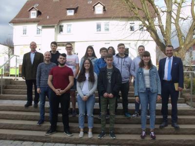 Gruppenbild des neu gewählten Kinder- und Jugendparlaments mit Mandatsträgern