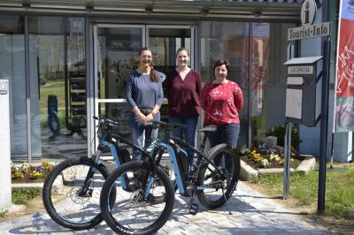 Das Team der Eisensteiner Tourist Info (v.l.  Pavla Hollmann, Daniela Kaufmann & Heidi Kraus-Mühlbauer) freut sich über die neuen E-Bikes, die ab sofort an der Tourist Info des Grenzortes ausgeliehen werden können.