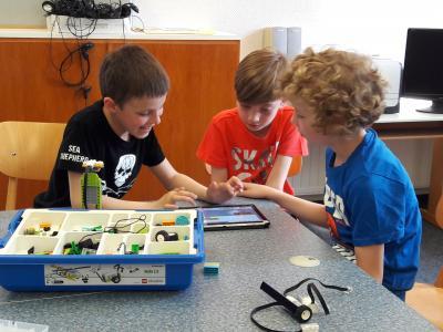 Vorschaubild zur Meldung: Informatik- Kinder erproben Lego- Roboter