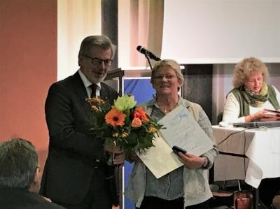 Vorsitzender Siegfried Wetzel ehrte Karola Hunstock mit der Bronzenen Ehrennadel des DJH im Nakundu-Saal des Urwald-Life-Camps. Bild: DJH-Lvb. Thüringen e.V.