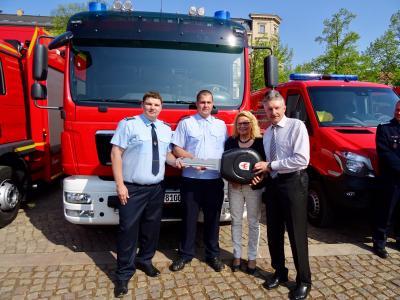 Foto zur Meldung: Innenminister übergibt Fahrzeuge an Feuerwehren in OSL