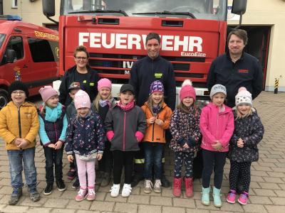 Manja Kowalski, Yves Grischok, Marko Stein und die baldigen Schulanfänger bei der Feuerwehr