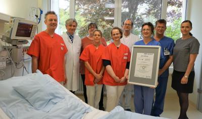 Das Team der Stroke Unit Selters bestehend aus Chefarzt Dr. Bereznai (links), Oberarzt Tobias Ellinger, dazwischen Neuropsychologin Heidrun Weese-Alebiosu sowie den Therapeuten (in rot), den Pflegefachkräfte (in blau) und der Verwaltungsdirektorin Anett S