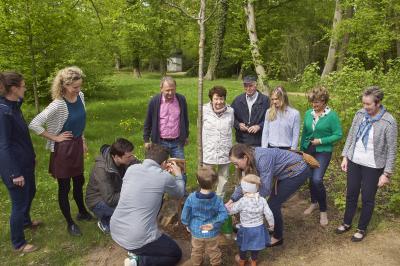 Vorschaubild zur Meldung: Spenderbaum im Schlosspark Altdöbern eingeweiht