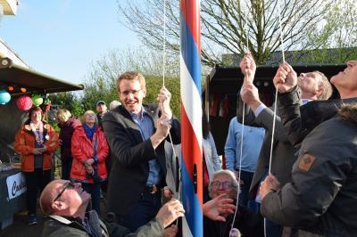 Foto zu Meldung: Maibaum aufstellen mit Ministerpräsident Günter