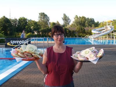 Frau Stary vom Ilse-Bowling mit Nachschub für das Stundenschwimmen