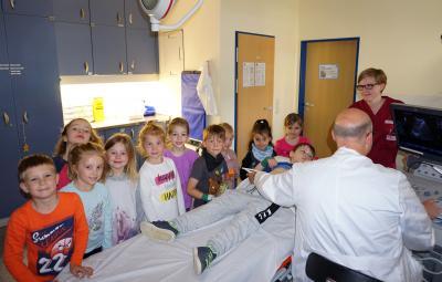 Christoph König, Oberarzt der Gefäßchirurgie, nahm sich gerne Zeit und zeigte den staunenden Kindern die Organe und Gefäße im Bauchraum. Lea Schmidt (rechts) führte sie durch die Abteilungen.