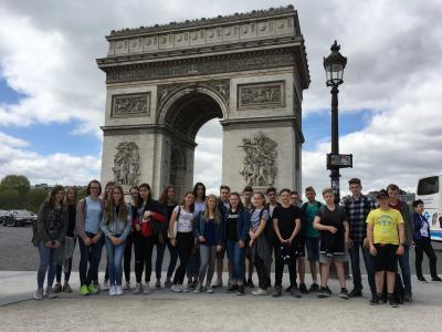 Die Collège-Teilnehmer vor dem Triumphbogen in Paris