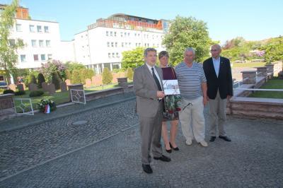 Dr. Oliver Hermann und Bernd Gerhardt begrüßen die Gäste aus der Ukraine herzlich und übereichen zur Erinnerung einen Wittenberge-Bildband. I Foto: Peter Janz