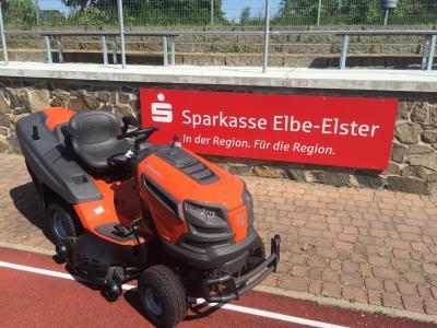 Foto zur Meldung: Neuer Rasentraktor für den ESV