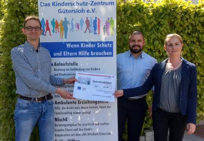 Freudiger Moment: Mario Hildebrandt (links) nimmt die Spende für das Kinderschutz-Zentrum von Sodexo-Betriebsleiter Derek Brachmann und seiner Kollegin Dana Bausch-Roer entgegen.