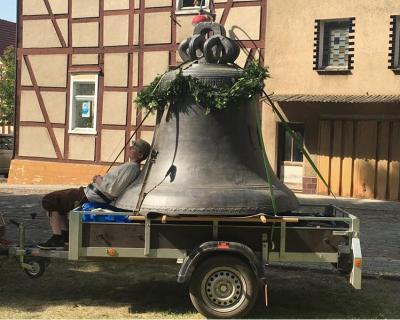 Foto zur Meldung: Nur für eine Nacht in Wusterhausen - die Glocke für die Wunderblutkirche Bad Wilsnack