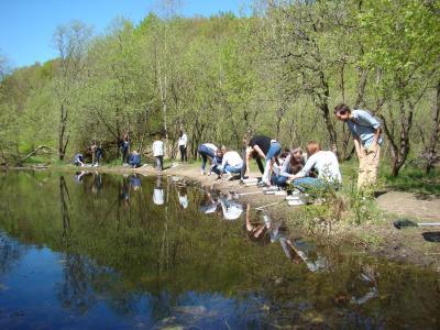 Studierende der Universität entdecken Tiere im Süßwasser, rechts: begleitender Dozent Lennart Bendixen