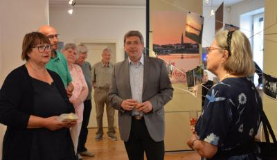 Bürgermeister Oliver (M.), Museumsleiterin Birka Stövesandt und der stell. Vorsitzende der SVV, Bernd Gerhardt, (l.) mit Ausstellunsgbesuchern. I Foto: Christiane Schomaker
